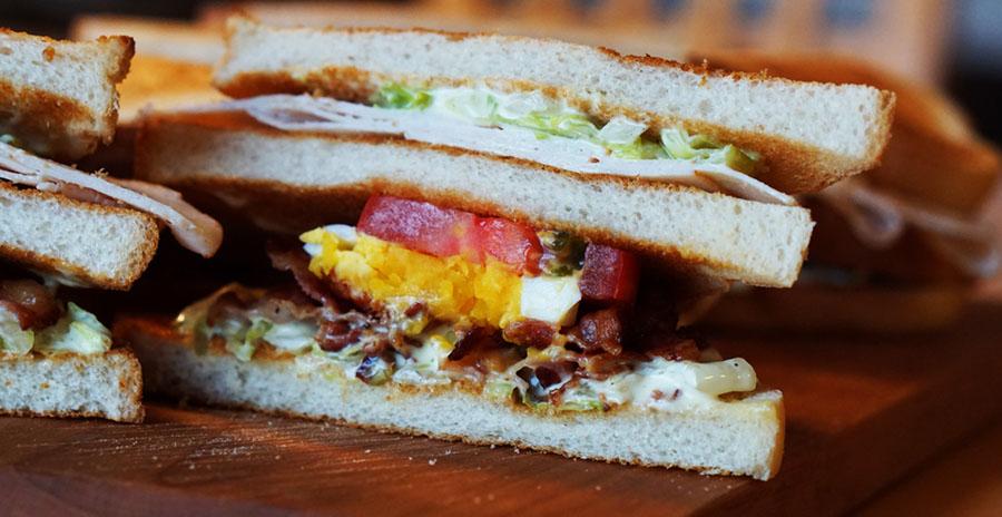 Geniet van verschilende verse sandwiches